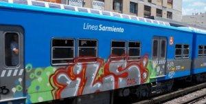 Andenes del Ferrocarril Sarmiento graffiteados. Foto: Carlos Alberto Salgado.