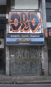 A la Joyería Maik no solo le pintaron el frente sino arriba del cartel también. Foto: Santiago Ciraolo.