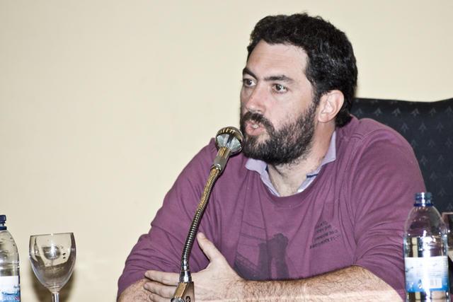 """Andrés Ruggeri en una conferencia en Córdoba sobre """"Perspectivas libertarias y autogestionarias"""" (Fuente: Prensa Confederación Nacional del Trabajo / Ezequiel Rosito)."""