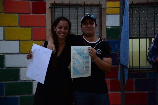 Estudiante muestro su titulo abrazado a su docente. (Fuente: Prensa Ñanderoga / Analia Cid)