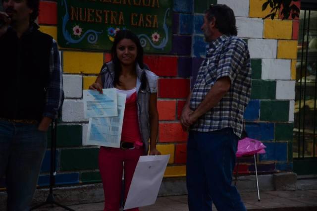 Estudiante egresada con titulo oficial (Fuente: Prensa Ñanderoga / Analia Cid)
