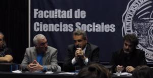 El ministro de defensa, Agustín Rossi, hace entrega de las actas de la última dictadura al decano de Sociales, Glenn Postolski. Agencia TAO.