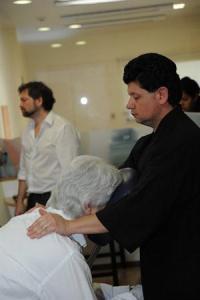 Un empleado de En Buenas Manos en plena ejecución de masaje.  Foto: La Nación