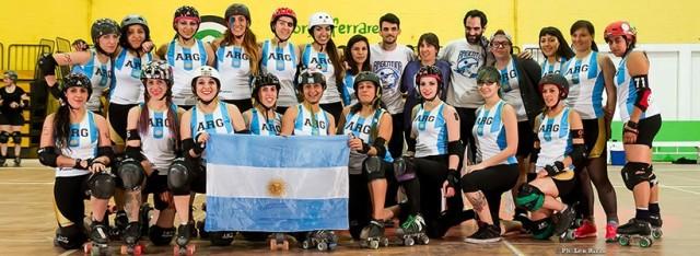 Maki Lombera, abajo a la izquierda, junto al seleccionado femenino de Roller Derby.