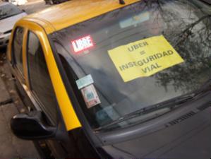 """En Argentina, los gremios de taxistas se movilizaron en contra de la implementación de Uber, con pancartas y protestas bajo el lema """"Fuera Uber."""" Foto: Agencia TAO, Melissa Bargman."""