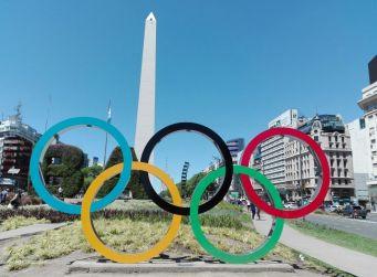 El Obelisco visto desde la Plaza de la República con el emblema de los Juegos Olímpicos, Ciudad de Buenos Aires // Foto: Mike Leiton, Agencia TAO
