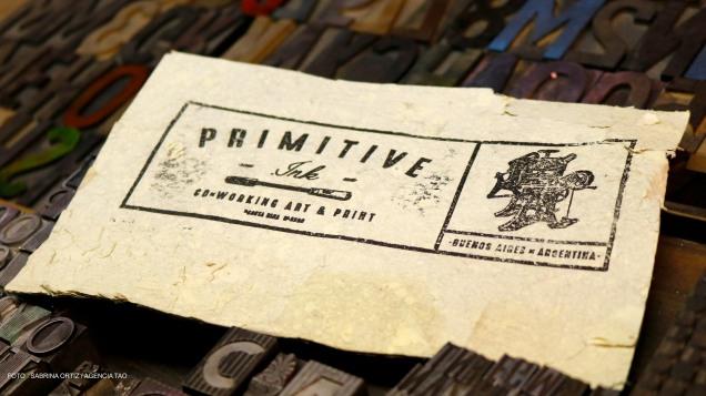 Prueba de impresión sobre papel de algodón del logo del taller Primitive Ink.
