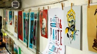 Durante el ART Sale exponen y venden sus obras artistas que experimentan con collage digital, stencil, impresión tipográfica, fotografía e incluso mural. como espacio de aprendizaje comí atelier de arte.