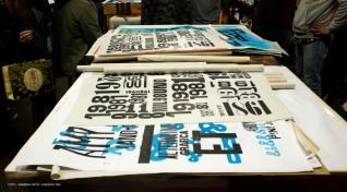 Los afiches de Magia Negra Letterpress combinan tipografías, colores y tipos de papel como mapas en deshuso o planos de arquitectura.