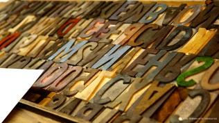 Colección de tipos móviles de madera de bajo relieve.